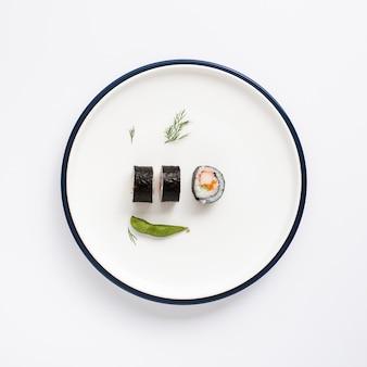 Rolos de sushi no prato branco