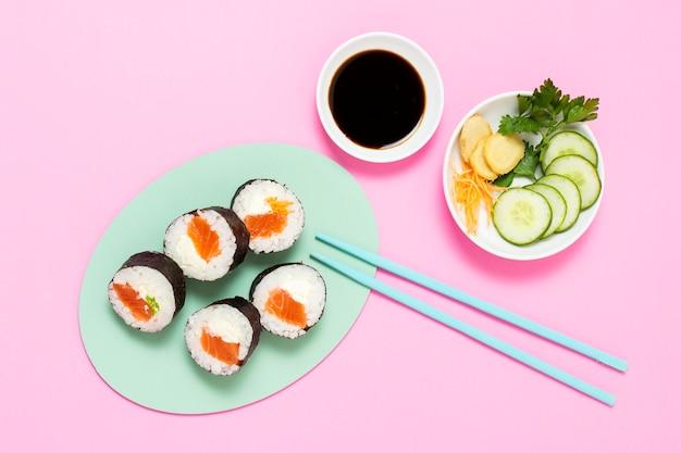 Rolos de sushi no prato com molho de soja