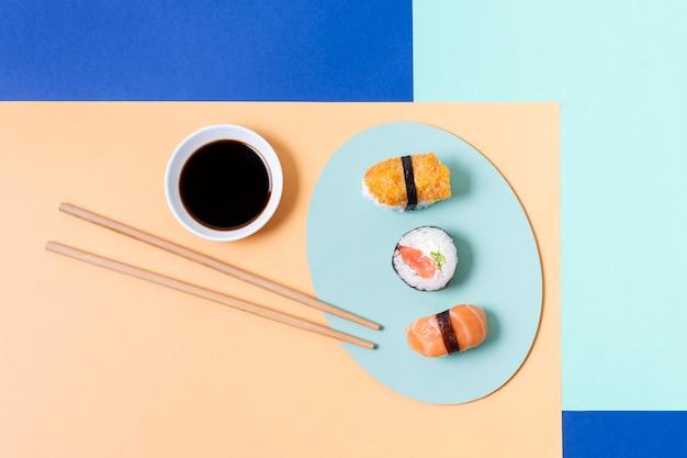 Rolos de sushi no prato na mesa