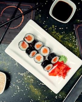 Rolos de sushi no prato quadrado