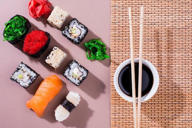 Rolos de sushi para o dia do sushi com molho de soja e pauzinhos