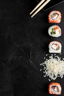 Rolos de sushi para o espaço da cópia