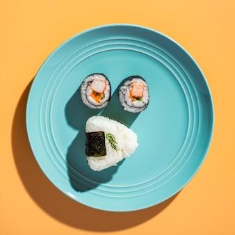 Rolos de sushi plana leigos com arroz