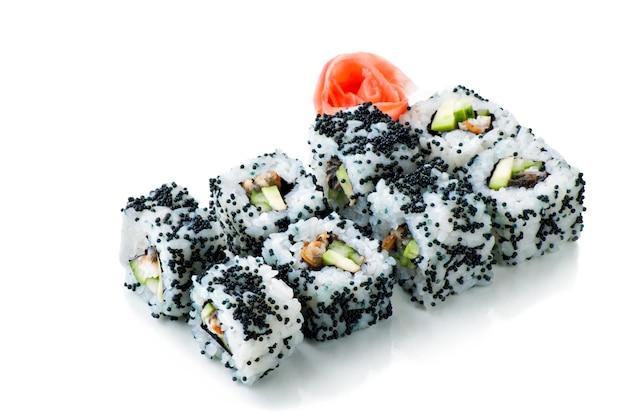 Rolos de sushi pretos da califórnia em fundo branco isolado