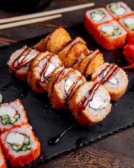 Rolos de sushi rolos quentes e rolos da califórnia