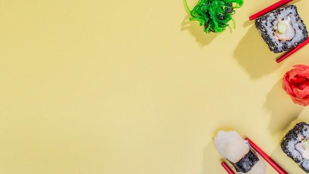 Rolos de sushi saborosos de cópia-espaço
