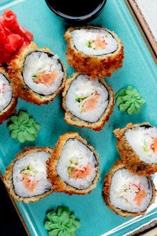 Rolos de sushi servidos com wasabi e gengibre