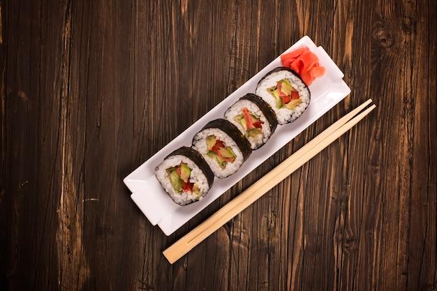 Rolos de sushi vegetariano com pauzinhos