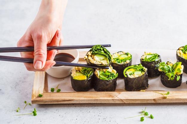 Rolos de sushi verde vegan com abacate, couve, pepino