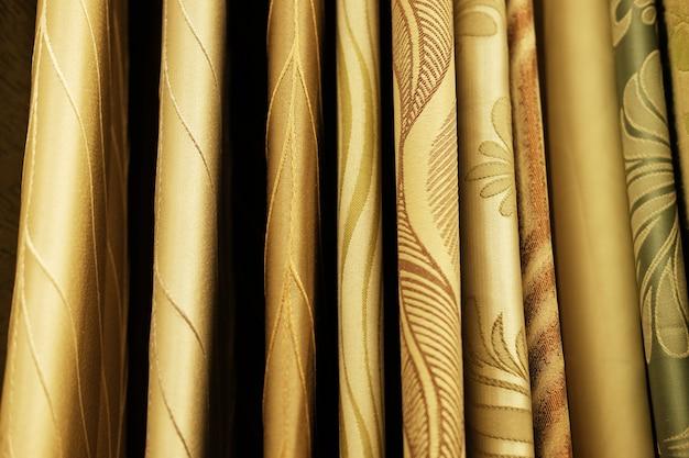 Rolos de tecidos e tecidos na loja