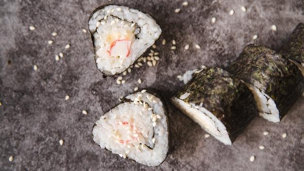 Rolos de triângulos de sushi com sementes
