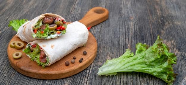 Rolos frescos com legumes e carne.