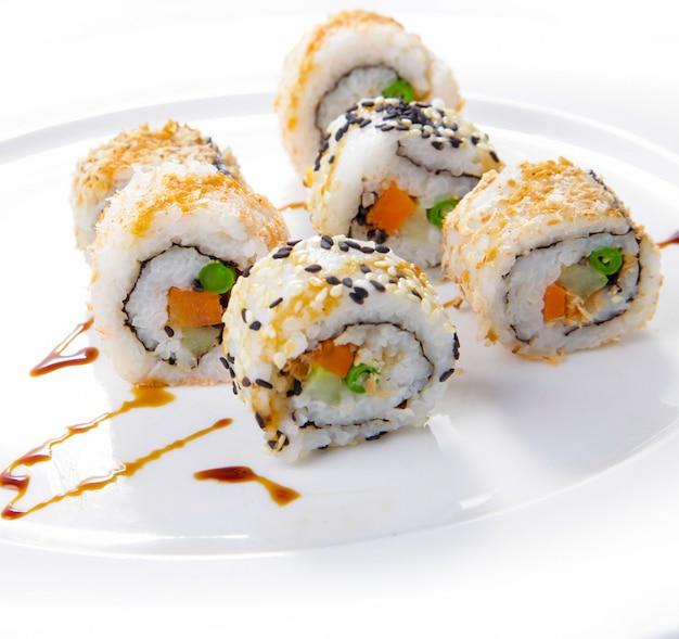 Rolos japoneses, rolos de sushi deliciosos servidos
