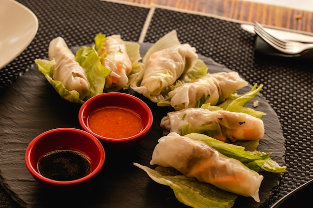 Rolos vietnamitas com legumes, servidos no restaurante