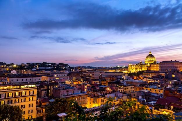 Roma ao pôr do sol com a catedral de são pedro no vaticano.