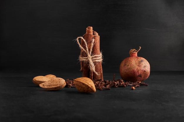 Romã com frutos secos e especiarias.
