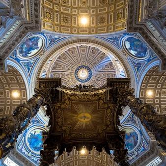 Roma, estado do vaticano - 24 de agosto de 2018: interior da basílica de são pedro com detalhes em cúpula