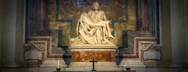 Roma, estado do vaticano - 28 de agosto de 2018: pietà di michelangelo (a piedade), 1498-1499, localizada na basílica de são pedro em roma