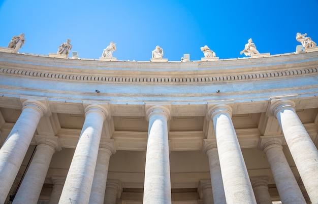 Roma, estado do vaticano. detalhes de colunas da praça de são pedro com copyspace em azul