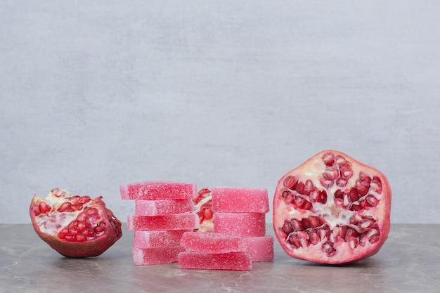 Romã fresca com frutas cristalizadas