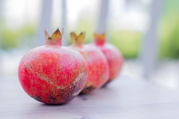 Romã, fruta de outono. muito útil para o corpo feminino.