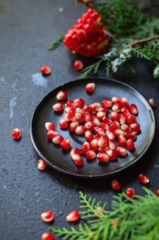 Romã fruta vermelha doce sobremesa de natal na mesa mimo de ano novo