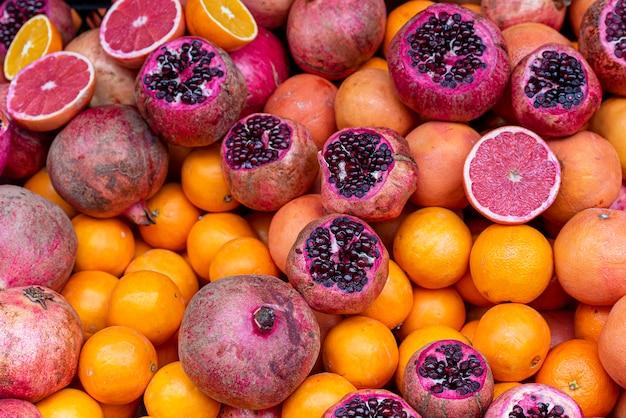 Romã frutas e laranja no mercado de rua na turquia, istambul