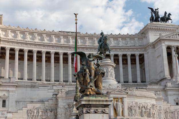 Roma, itália - 19 de junho de 2018: close up da fachada do museu vittorio emanuele ii monument, também conhecido como vittoriano ou altare della patria na piazza venezia, em roma. dia de verão e céu azul