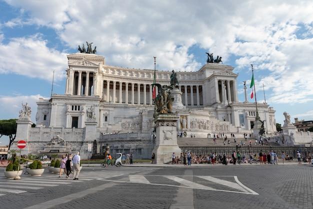 Roma, itália - 19 de junho de 2018: vista panorâmica frontal do museu vittorio emanuele ii monumento também conhecido como vittoriano ou altare della patria na piazza venezia, em roma. dia de verão e céu azul