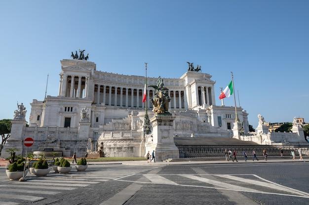 Roma, itália - 20 de junho de 2018: vista frontal panorâmica do monumento vittorio emanuele ii, também conhecido como vittoriano ou altare della patria na piazza venezia, em roma. dia de verão e céu azul
