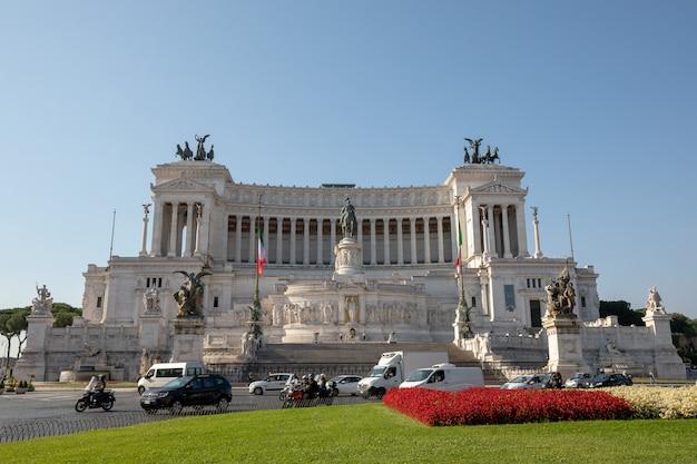 Roma, itália - 20 de junho de 2018: vista frontal panorâmica do museu vittorio emanuele ii monument, também conhecido como vittoriano ou altare della patria na piazza venezia, em roma. dia de verão e céu azul