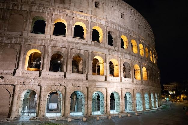 Roma, itália - 20 de junho de 2018: vista panorâmica do exterior do coliseu, em roma. dia de verão com céu azul e ensolarado