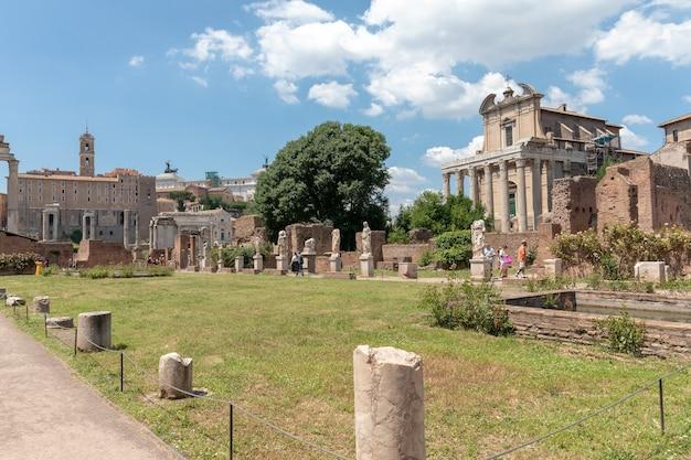 Roma, itália - 20 de junho de 2018: vista panorâmica do fórum romano, também conhecido por forum romanum ou foro romano. é um fórum rodeado por ruínas de antigos edifícios governamentais no centro da cidade de roma