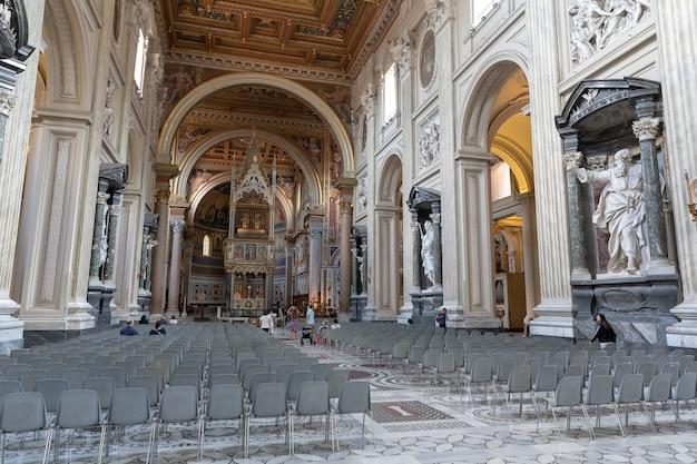 Roma, itália - 20 de junho de 2018: vista panorâmica do interior da basílica de latrão, também conhecida como arqubasilica papal de são joão. é a igreja catedral de roma e serve como sede do pontífice romano