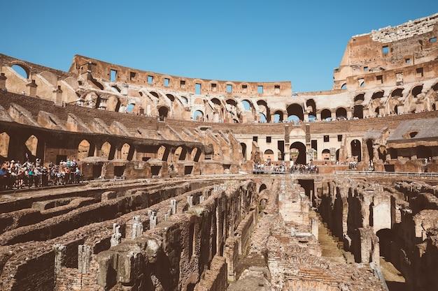 Roma, itália - 20 de junho de 2018: vista panorâmica do interior do coliseu em roma. dia de verão com céu azul e ensolarado