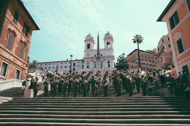 Roma, itália - 21 de junho de 2018: vista panorâmica da escadaria espanhola na piazza di spagna, em roma. a orquestra toca nos degraus e as pessoas descansam perto