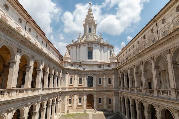 Roma, itália - 21 de junho de 2018: vista panorâmica do exterior de sant'ivo alla sapienza. é uma igreja católica romana em roma. construído em 1642-1660 pelo arquiteto francesco borromini