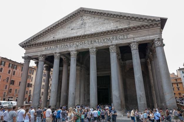 Roma, itália - 21 de junho de 2018: vista panorâmica do exterior do panteão, também conhecido como templo de todos os deuses. é um antigo templo romano, agora uma igreja em roma