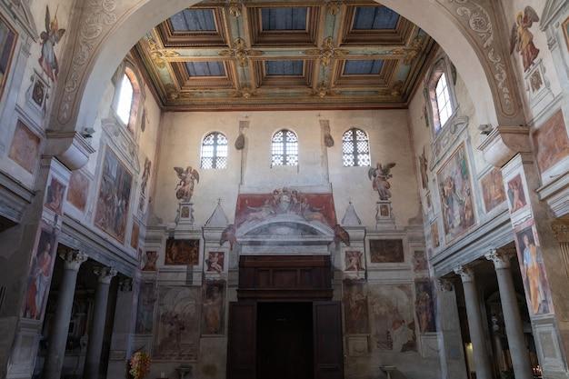 Roma, itália - 21 de junho de 2018: vista panorâmica do interior da basílica de saint praxedes ou santa prassede. é uma antiga igreja titular e basílica menor em roma