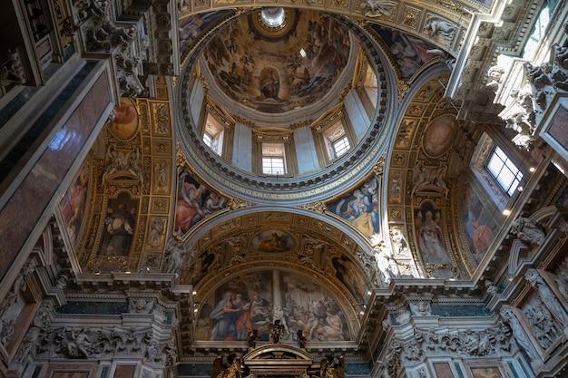 Roma, itália - 21 de junho de 2018: vista panorâmica do interior da basílica di santa maria maggiore, ou igreja de santa maria maggiore. é uma basílica maior papal e a maior igreja católica mariana de roma
