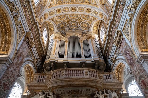 Roma, itália - 21 de junho de 2018: vista panorâmica do interior da igreja de são luís dos franceses. é uma igreja católica romana em roma, não muito longe da piazza navona