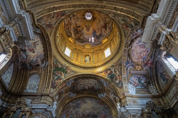Roma, itália - 21 de junho de 2018: vista panorâmica do interior da igreja do gesu. é a igreja mãe da companhia de jesus (jesuítas), uma ordem religiosa católica
