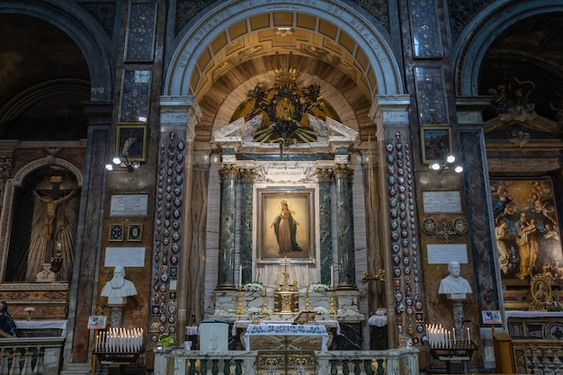 Roma, itália - 21 de junho de 2018: vista panorâmica do interior de sant'andrea delle fratte. é uma basílica do século 17 em roma, itália, dedicada a santo andré