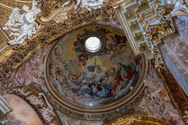 Roma, itália - 21 de junho de 2018: vista panorâmica do interior de santa maria della vittoria. é uma igreja titular católica dedicada à virgem maria localizada em roma