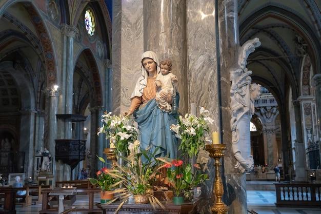 Roma, itália - 21 de junho de 2018: vista panorâmica do interior de santa maria sopra minerva (santa maria acima de minerva) é uma das igrejas da ordem dos pregadores católica romana (conhecidas como dominicanos) em roma