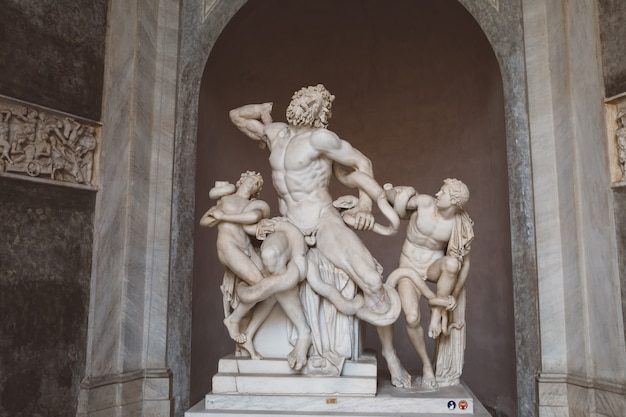 Roma, itália - 22 de junho de 2018: esculturas de mármore barroco no museu do vaticano