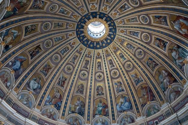 Roma, itália - 22 de junho de 2018: interior da cúpula da basílica papal de são pedro (basílica de são pedro) no vaticano
