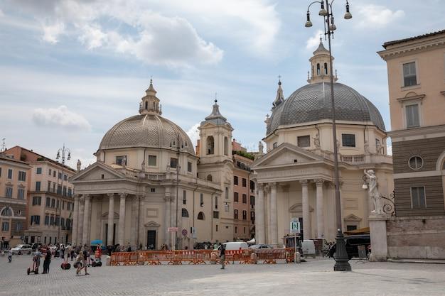 Roma, itália - 22 de junho de 2018: vista panorâmica da piazza del popolo é uma praça urbana em roma. o nome em italiano moderno significa literalmente praça do povo. dia de verão e céu azul. as pessoas andam na praça