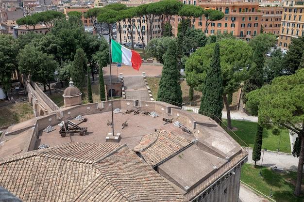 Roma, itália - 22 de junho de 2018: vista panorâmica do exterior do castel sant'angelo, também conhecido como mausoléu de adriano. é um edifício cilíndrico imponente no parco adriano em roma