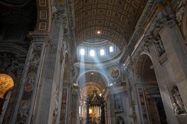 Roma, itália - 22 de junho de 2018: vista panorâmica do interior da basílica papal de são pedro (basílica de são pedro). é uma igreja renascentista italiana na cidade do vaticano, enclave papal dentro da cidade de roma